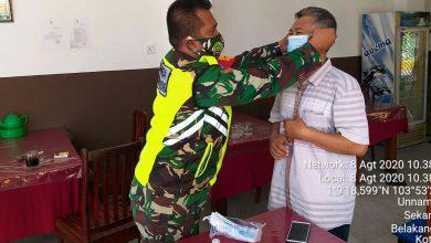Photo of Terapkan Protokol Kesehatan, Babinsa 02 Koramil 05/BLP Bagikan Masker Kepada Warga