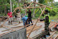 Photo of Peduli Sesama, Babinsa Sijantung Goro Bersama Masyarakat Dirikan Rumah Warga Kurang Mampu