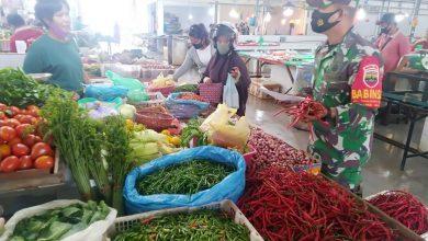 Photo of Sertu Adang Sutiawan Lakukan Pengecekan Harga Sembako di Pasar Victoria Marina