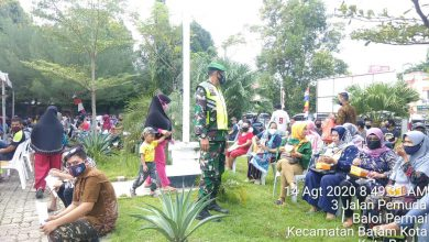 Photo of Babinsa Baloi Permai Bantu Pendistribusian Paket Sembako Bantuan Covid-19 Tahap IV