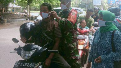 Photo of Peringati HUT RI Ke-75, Babinsa Bengkong Laut Bagikan 1000 Masker Merah Putih Kepada Warga