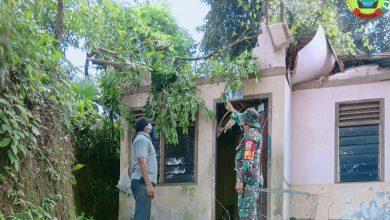 Photo of Babinsa Kodim 0316/Batam Bantu Bersihkan Rumah Warga yang Tertimpah Pohon