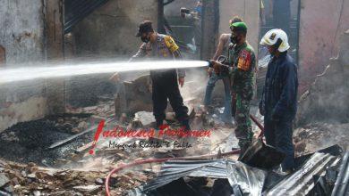 Photo of Sertu Imammuddin Bantu Evakuasi Rumah Korban Kebakaran