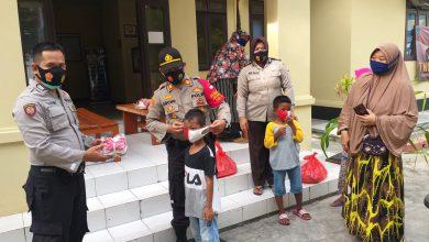 Photo of Meringankan Beban Warganya, Kapolsek Kep Seribu Selatan Berikan Sembako dan Masker