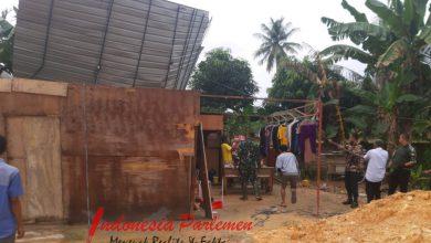 Photo of TNI Peduli, Koramil 03/Nongsa Bantu Warga Perbaiki Rumah yang Rusak Akibat Angin Kencang