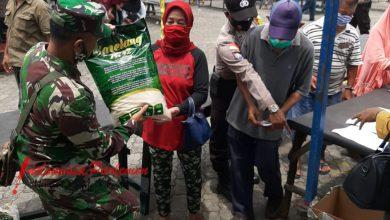 Photo of Danramil 05/BLP Dampingi Bapak Hasim Serahkan Bantuan Kepada Warga Belakang Padang