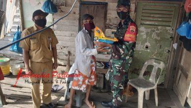 Photo of Peduli Sesama, Serda Arifuddin Beri Bantuan Kepada Warga Kurang Mampu