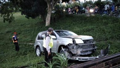 Photo of Dihantam KA Kargo, Pengemudi Mobil CRV Nyaris Tewas