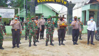 Photo of HUT TNI Ke – 75, Jajaran Polsek Teluk Mengkudu Bawa Nasi Tumpeng ke Koramil 09/TM