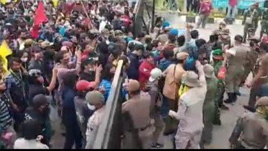 Photo of Demo Tolak UU Cipta Kerja, Ratusan Mahasiswa Beranjak Masuk Halaman DPRD Tangsel