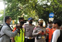 Photo of Satlantas Restro Jaktim melaksanakan Prokes dan Bagikan Masker di Wilayah BKT