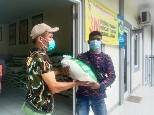 Warga Sambut Gembira Bantuan Beras Dari Ade Yasin