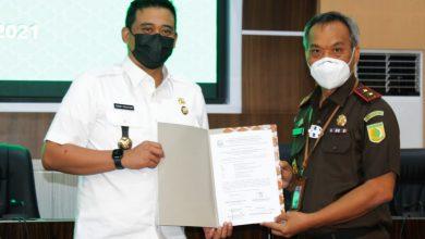 Penyerahan uang diterima oleh Bobby Nasution selaku Wali kota Medan