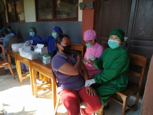 Kapolsek Baturiti Pimpin Pengamanan Vaksinasi massal di Desa Antapan