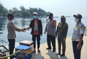 Warga di Delapan Pulau Dapat 1.900 Masker Medis Dari Polres Kep Seribu