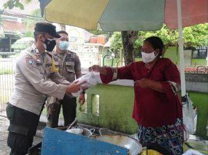 Pastikan Pakai Masker, Polres Kep Seribu Bagikan 1.500 Masker Medis Gratis ke Warga