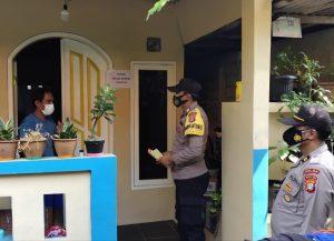 PPKM Mikro, Polsek Kep Seribu Selatan Beri Sembako ke Warga yang Sedang Isoman di Pulau Tidung