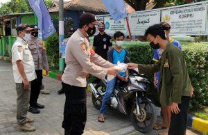 Secara Door to Door Polres Kepulauan Seribu Bagikan 1.600 Masker Medis