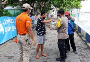 Secara Door to Door Polres Kepulauan Seribu Bagikan 1.700 Masker Medis