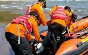Tiga orang pemancing dihantam ombak