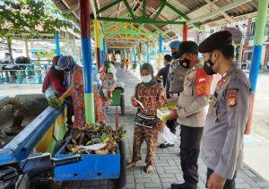 Wajibkan Masker, 1.800 Masker Medis dibagikan oleh Polres Kep Seribu