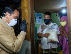Malam Hari Jokowi Blusukan ke Rumah Warga Bagikan Sembako dan Obat-obatan